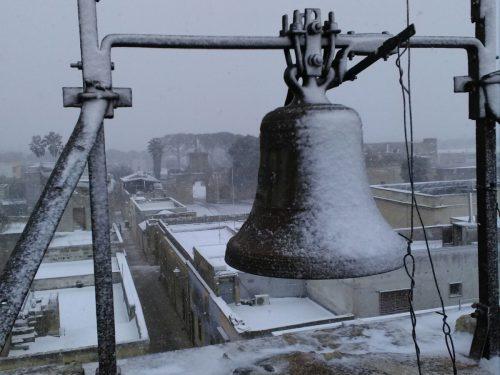 Le campane della torre dell'orologio innevate