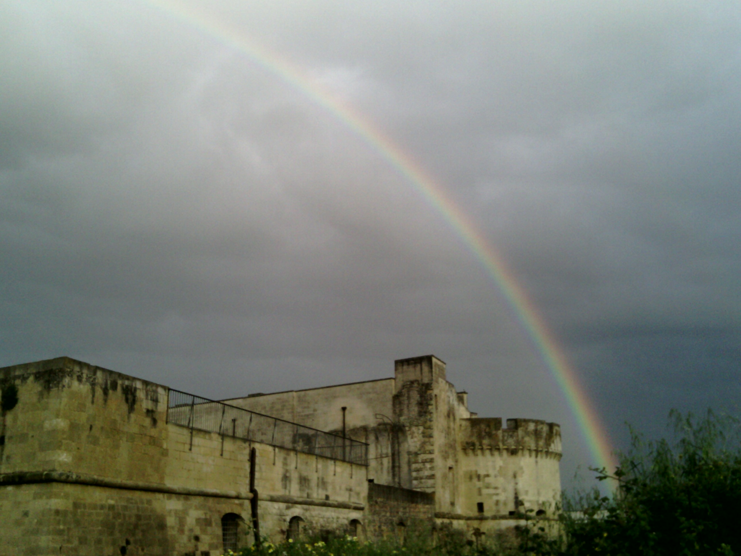 Castello sud-ovest e arcobaleno (foto Cervelli)